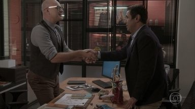 Pietro aconselha Hugo a manter segredo sobre compra da revista - Ele alerta Lorena e diz que ela corre perigo