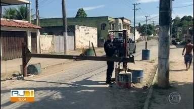 Barricadas de bandidos se espalham por diversas ruas do Rio - Em 2020, Disque Denúncia recebeu 3114 mensagens sobre bloqueios. As barricadas dificultam o acesso da polícia aos locais dominados por bandidos. Trilhos de trem, concreto e cancelas de aço são utilizados para impedir avanço de veículos,