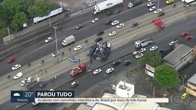 Caminhão tomba na Av. Brasil e bloqueia pista central por três horas - Trânsito teve reflexo na Via Dutra, Washington Luis e Linha Vermelha