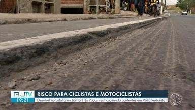 Desnível no asfalto causa transtornos para ciclistas e motociclistas em Volta Redonda - Problema atinge via do bairro Três Poços e já causou acidentes.