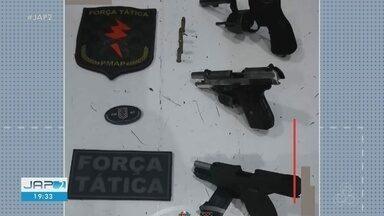 Revólver e 2 pistolas são apreendidas pela Força Tática na Zona Sul de Macapá - De acordo com a PM, cerca de 6 homens estavam reunidos em frente a uma residência com atitudes suspeitas e, quando avistaram a viatura, fugiram para área de ponte. Ao realizar uma busca na casa, os agentes localizaram o armamento.