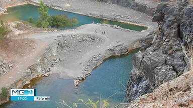 Bombeiros alertam para riscos de nadar em lagoa de pedreira em Montes Claros - Área da pedreira desativada está sendo invadida. Segundo Bombeiros, três pessoas morreram afogadas no local.