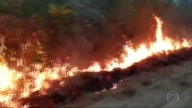 Frente fria ajuda a combater os incêndios no Pantanal - Sobrevoo feito pelo Corpo de Bombeiros mostra que o fogo continua no Pantanal, em Mato Grosso, mas a massa de ar polar que baixou as temperaturas também levou umidade para região, reduzindo as chamas.