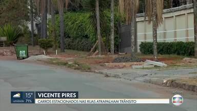 Moradores de Vicente Pires reclamam que pista virou estacionamento - Eles contam que os carros estacionados na rua atrapalham o trânsito. Além disso, tem calçada destruída na rua 10 com a rua 5.