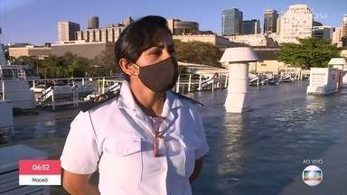 Nalva mostra rotina como comandante do primeiro horário da barca Rio-Niteroi - Mestre de cabotagem há 21 anos conta história de sua carreira e diz que enfrentou muito preconceito por ser mulher