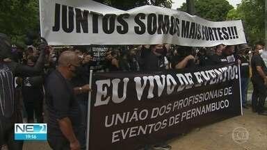 Profissionais de eventos fazem manifestação e pedem retomada de atividades - Eles foram até o Palácio do Campo das Princesas, no Recife