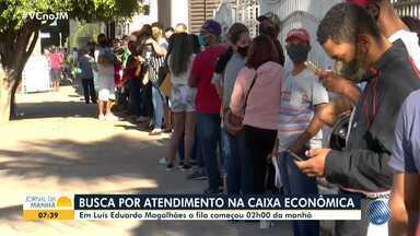 Baianos passam a madrugada na porta de agência da Caixa Econômica Federal em LEM - Além da procura pelo auxílio emergencial, no início desta semana começou o saque do FGTS para os nascidos em setembro.