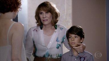Danielle leva Pedro Jorge até a casa de Esther - Guaracy chega primeiro e diz que a visita é para se certificar de que a estilista e Victoria estão bem. Danielle implora que a estilista a receba