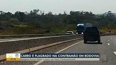 Imagens flagram carro na contramão de direção na SP-425 - Polícia Rodoviária informou não ter sido acionada.