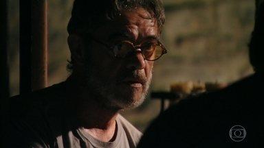 Cassiano questiona Duque sobre sua utilidade para Dom Rafael - O amigo de cela diz que não trabalha na mina, pois estraga suas mãos de artista, mas não explica exatamente o que faz para o mafioso