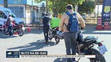 Blitz na BR-040, em Santa Maria - A PRF fiscalizou a documentação de motociclistas e deu orientações sobre cuidados no trânsito.