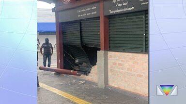 Carro invade padaria no centro de Taubaté - Não houve feridos.