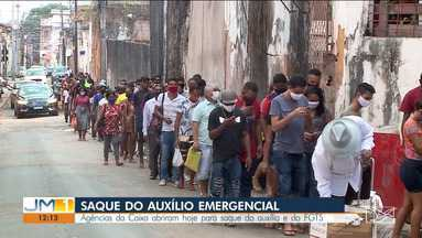 Muita gente madrugou na porta das agências da Caixa em São Luís - As agências da Caixa abriram neste sábado (5) para saque do auxílio emergencial e do FGTS