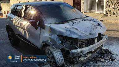 Carro pega fogo no bairro Santa Efigênia, Região Leste de BH - Incêndio começou depois que alguém ateou fogo em um colchão debaixo do veículo.