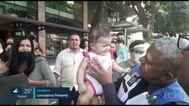 """Bebê engasga e é salva por policiais em Laranjeiras - Sofia, de 6 meses, chegou a desmaiar no Largo do Machado, mas foi salva por policiais do programa """"Laranjeiras Presente""""."""
