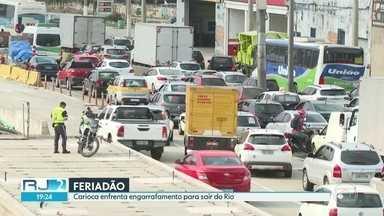 Principais vias de saída do Rio têm trânsito lento - Ponte Rio-Niterói registrou engarrafamento de trinta minutos