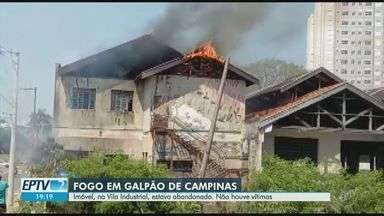 Fogo atinge galpão na Vila Industrial, em Campinas - Barracão abandonado fica na Avenida Carlos de Campos. Segundo o Corpo de Bombeiros, as chamas começaram em um lixo. Não houve vítimas.