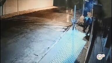Suspeito de participar de ataque a agências de Botucatu é preso - Homem de 33 anos é o nono suspeito a ser detido. Após pedido de sequestro de um veículo, ele foi localizado em São Paulo com o carro que era monitorado pela polícia. Criminosos explodiram agência do Banco do Brasil, fizeram moradores reféns e trocaram tiros com a PM em julho desse ano.
