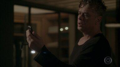 Arthur vê notícia sobre sequestro de Eliza - Cida mostra a notícia para o patrão