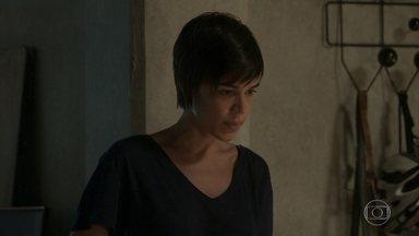 Leila pergunta a Rafael se Carolina armou contra Eliza - O fotógrafo questiona se Leila o está ajudando só para conseguir as informações do que aconteceu no Uruguai