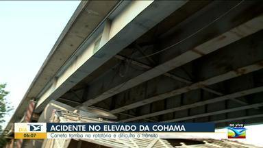 Carreta tomba na rotatória da Cohama e dificulta o trânsito - O acidente aconteceu na manhã desta segunda-feira (14), na rotatória do elevado da Cohama, em São Luís.