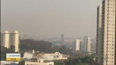 Com acúmulo de queimadas, névoa encobre o céu em Ribeirão Preto - No domingo (13), cidade registrou altas temperaturas e tempo seco.