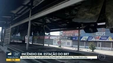 Estação do BRT na Taquara é incendiada - Arroio Pavuna fica no Transcarioca. Consórcio diz que fogo foi criminoso.