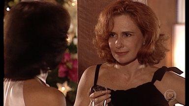 Gloria incentiva Alma a ligar para Edu - Alma desconfia de que o sobrinho esteja com Helena