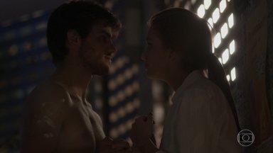Jonatas ajuda Eliza a fazer faxina no restaurante - Os dois se divertem juntos e lembram dos velhos tempos