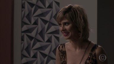 Lu pega o celular de Carolina e encontra prova contra a chefe - Arthur, Leila e Max incentivam Lu a ir atrás de Carolina no banheiro. Maria Luíza fica na dúvida se entrega ou não as provas que conseguiu
