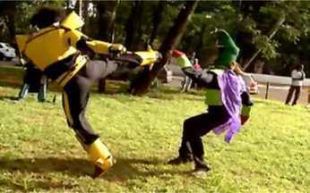 Me Leva Brasil: super-heróis japoneses invadem São Paulo - Estudantes se fantasiam de super-heróis e representam as lutas exatamente como nos filmes japoneses. Eles ainda ensinam truques cenográficos das cenas. Depois, o material vai virar um filme.