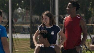 Wesley faz um teste para treinar - Montanha e Janaína ajudam o rapaz