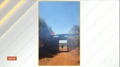Trem pega fogo e espalha as chamas em Goiás - O incêndio começou numa retroescavadeira transportada num dos vagões abertos.