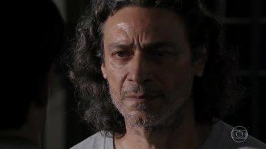Donato pede que Hélio não abandone a família - Ele promete voltar para Vila dos Ventos assim que se formar