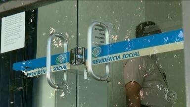 INSS notifica quase 500 médicos peritos para que voltem ao trabalho imediatamente - Nesta quinta (17), só cinco dos mais de três mil peritos em todo o país apareceram para trabalhar; 600 mil brasileiros estão na fila precisando de perícia médica.
