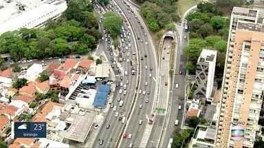 Duas pistas interrompidas na Avenida 23 de Maio - Operação tapa-buracos, próximo ao Parque do Ibirapuera, complica trânsito no sentido centro do Corredor Norte-Sul