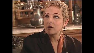 Capítulo de 25/07/2003 - O povo vaia Mercedes e aplaude o discurso de Camacho. Dark Esteban reaparece e expulsa Celso da casa de Marisol. Lola confessa para Rubi que acha que está grávida.