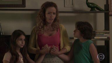 Gilda revela aos filhos que Dino está foragido - Carlinhos e Dayse se irritam com as mentiras da mãe e acusam Eliza de querer substituir o pai deles com Hugo. Débora resolve ir falar com a mãe