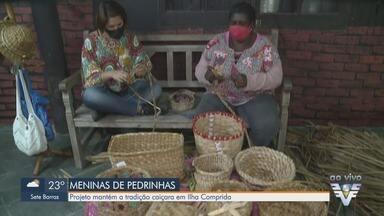 Projeto com artesãs mantém a tradição caiçara em Ilha Comprida - Além do lado econômico, projeto ajuda na autoestima das artesãs.
