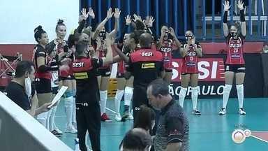 Sesi-Bauru recebe o Pinheiros na abertura do Paulista de vôlei - Sesi-Bauru e Pinheiros entram em quadra nesta quarta-feira, às 18h, na abertura oficial da temporada 2020/2021 do vôlei feminino. Partida será disputada no ginásio do Sesi, em Bauru.