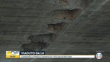 Caminhão com mais de 4,5m de altura arranca parte da estrutura de viaduto na L4 - Susto foi na saída da Ponte Costa e Silva, sentido L2. Técnicos da Defesa Civil descartaram risco estrutural.
