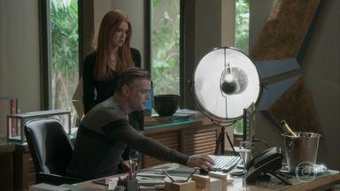 Arthur explica a Eliza proposta de agência francesa - O empresário diz que a modelo pode morar com ele em seu apartamento em Paris. Eliza teme por seu relacionamento com Jonatas