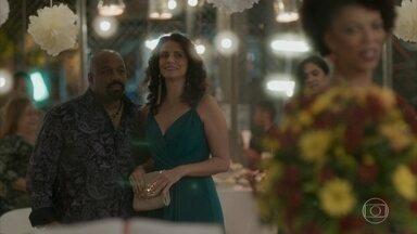 Rosângela se anima em festa de casamento - Ela vai ao evento com Florisval e ele diz que tem pena do noivo