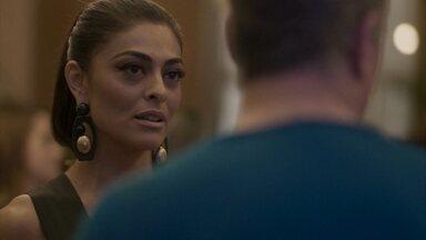 Max revela a Carolina que Arthur vai viajar com Eliza - Arthur e Max prestigiam a inauguração do brechó de Carolina. Jonatas confessa a Eliza que sentirá saudade