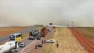 Fim de semana é marcado por queimadas em rodovias no interior de SP - O final de semana foi marcado por queimadas em rodovias no interior de São Paulo. Em Bauru, os bombeiros também foram acionados para conter as chamas na máquina de lavar de um apartamento.