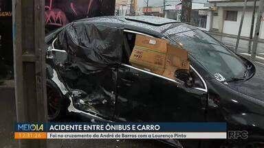 Acidente entre ônibus e carro - Foi no cruzamento da André de Barros com a Lourenço Pinto, em Curitiba.