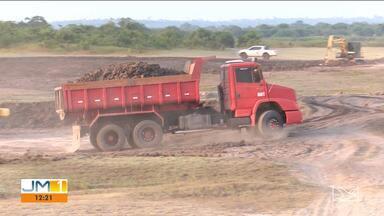 Interrupção de estrada preocupa lavradores de Pindaré-Mirim - A estrada que dava acesso à área de plantio foi interrompida por uma cerâmica, que retira barro para fabricação de tijolos.