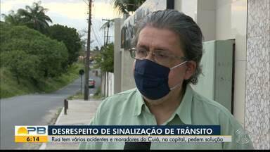Rua tem vários acidentes e moradores pedem providências para melhorar sinalização - Acidentes na rua são causados por desrespeito de sinalização, em João Pessoa