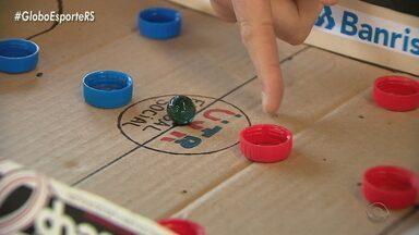 Saiba como um projeto social de futsal se adaptou à pandemia com aulas online - Bola de meia foi uma das tarefas que os alunos aprenderam durante esse período.