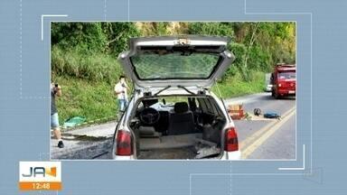 Carretel de fios se desprendeu de reboque e atingiu outro veículo na BR-470 - Carretel de fios se desprendeu de reboque e atingiu outro veículo na BR-470